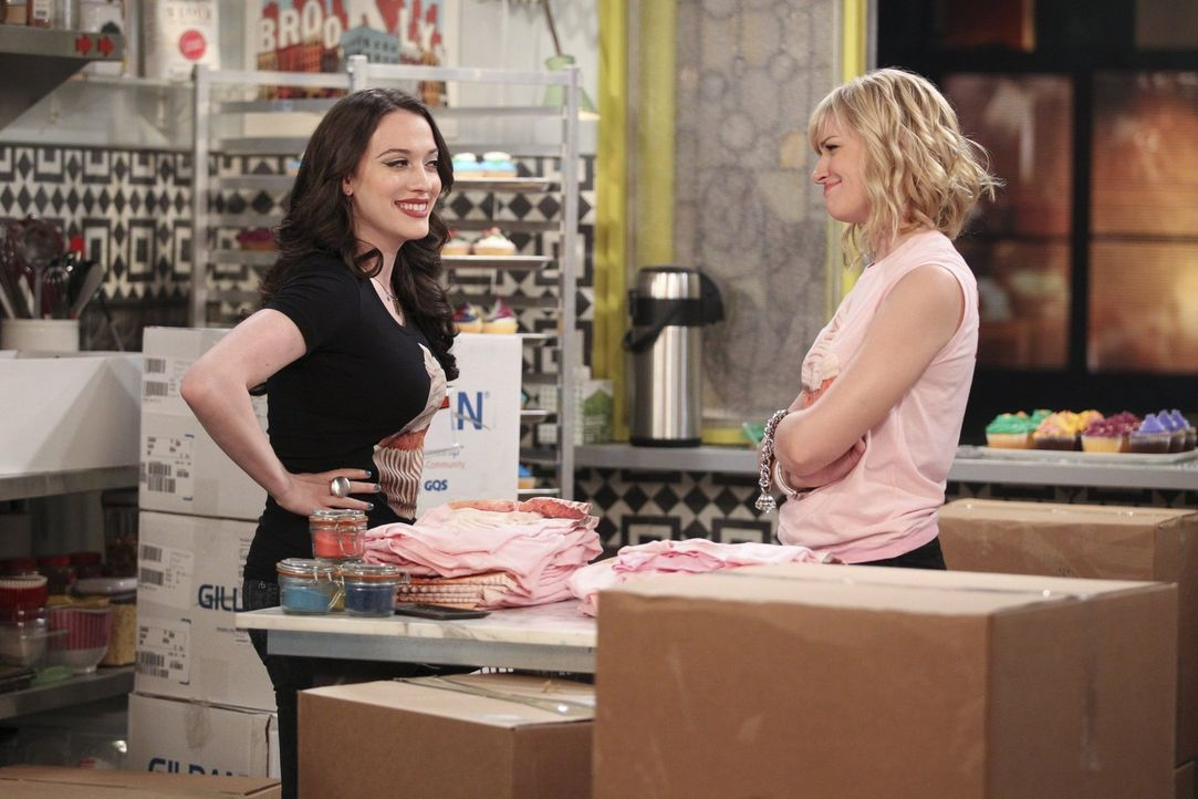 Geben einfach nie auf: Caroline (Beth Behrs, r.) und Max (Kat Dennings, l.) ... - Bildquelle: Warner Bros. Television