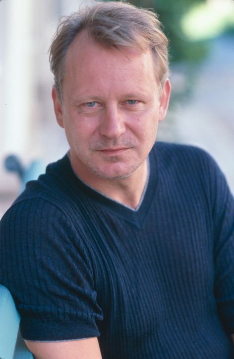 Inszeniert ein tödliches Spiel: Terry Glass (Stellan Skarsgård) ... - Bildquelle: 2003 Sony Pictures Television International. All Rights Reserved.