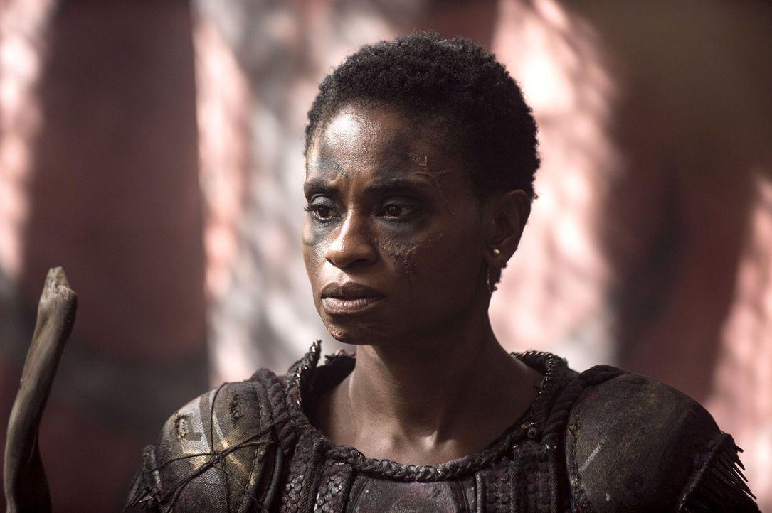 Lassen sich Indra (Adina Porter) und die anderen Grounder doch noch auf Verhandlungen ein? - Bildquelle: 2014 Warner Brothers