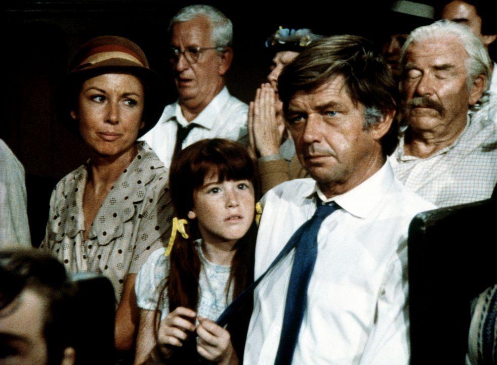 Olivia (Michael Learned, l.) ist überglücklich, dass ihr Mann John (Ralph Waite, r.) wieder zum Glauben zurückgefunden hat und sie in die Kirche beg... - Bildquelle: WARNER BROS. INTERNATIONAL TELEVISION
