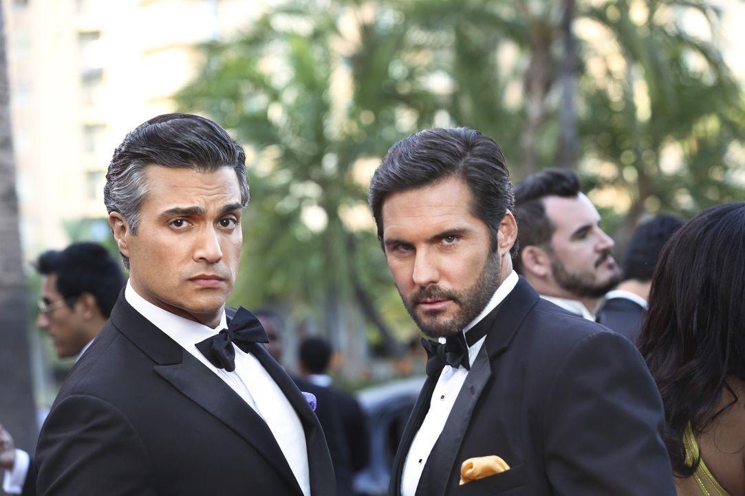 Große Rivalen: Rogelio (Jaime Camil, l.) und Esteban Santiago (Keller Wortham, r.) ... - Bildquelle: 2014 The CW Network, LLC. All rights reserved.