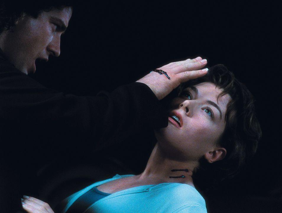 Als Blutsverwandter fühlt sich Dracula (Gerard Butler, l.) geradezu magnetisch von Mary (Justine Waddell, r.) angezogen ... - Bildquelle: Dimension Films
