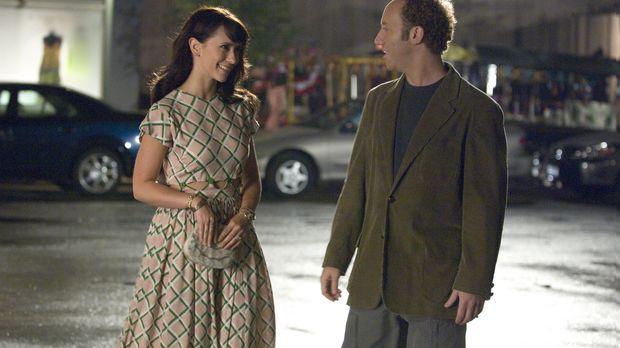 Cliff (Joey Slotnick, r.) trägt das Herz des Verstorbenen Conor in seiner Bru...