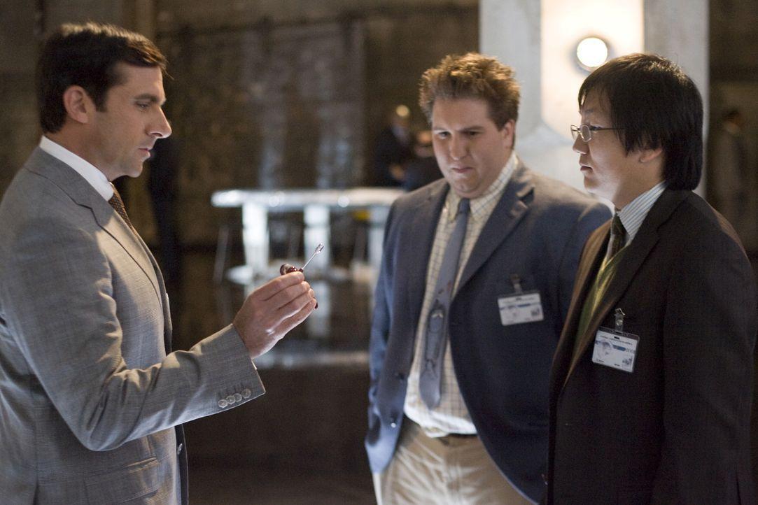 Die beiden CONTROL-Erfinder Bruce (Masi Oka, r.) und Lloyd (Nate Torrence, M.) müssen ganz schnell ihren letzten, noch völlig unerfahrenen Agenten,... - Bildquelle: Warner Brothers