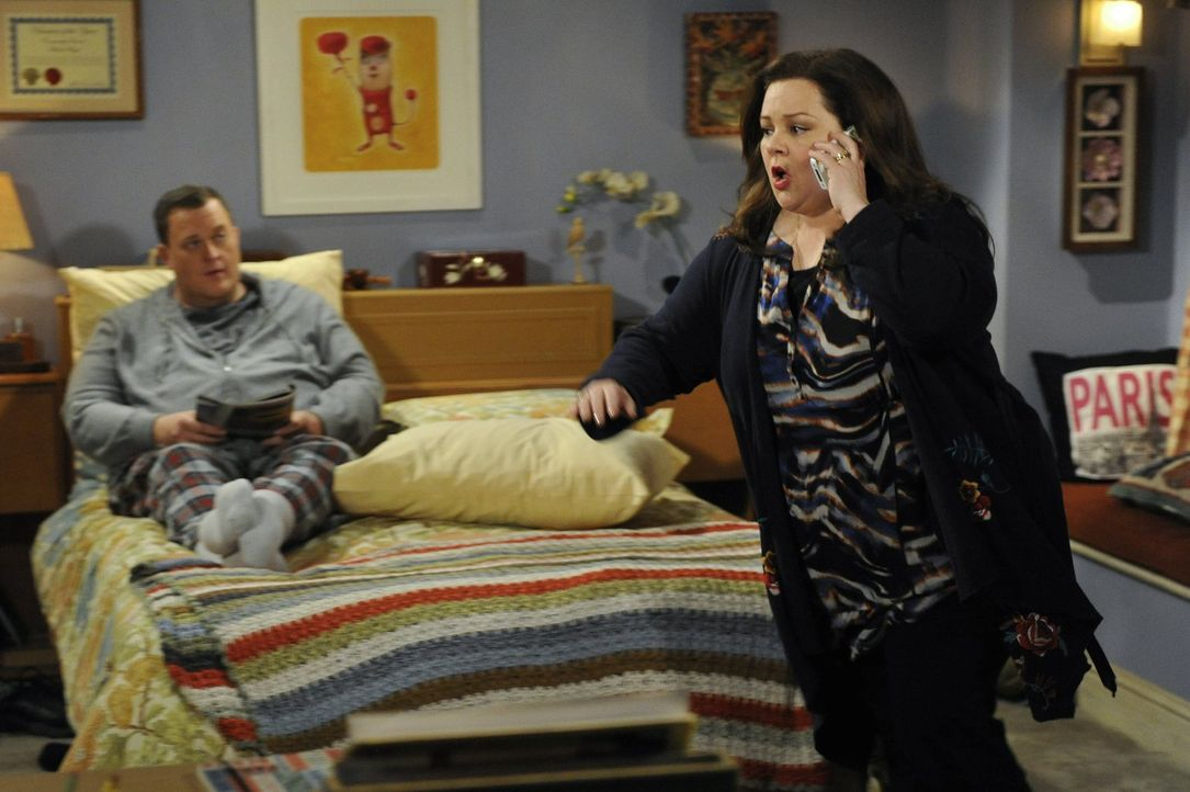 Molly (Melissa McCarthy, r.) hängt sich richtig rein, um der Autorin J. C. Small, die wegen Alkohol am Steuer bei Mike (Billy Gardell, l.) auf dem R... - Bildquelle: Warner Brothers