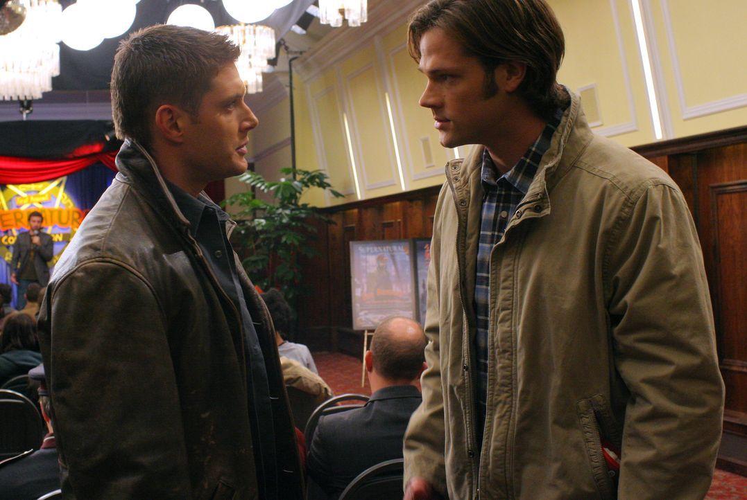 """Werden unwissentlich von ihrem größten Fan Becky auf die erste """"Supernatural""""-Convention eingeladen: Dean (Jensen Ackles, l.) und Sam (Jared Padal... - Bildquelle: Warner Bros."""