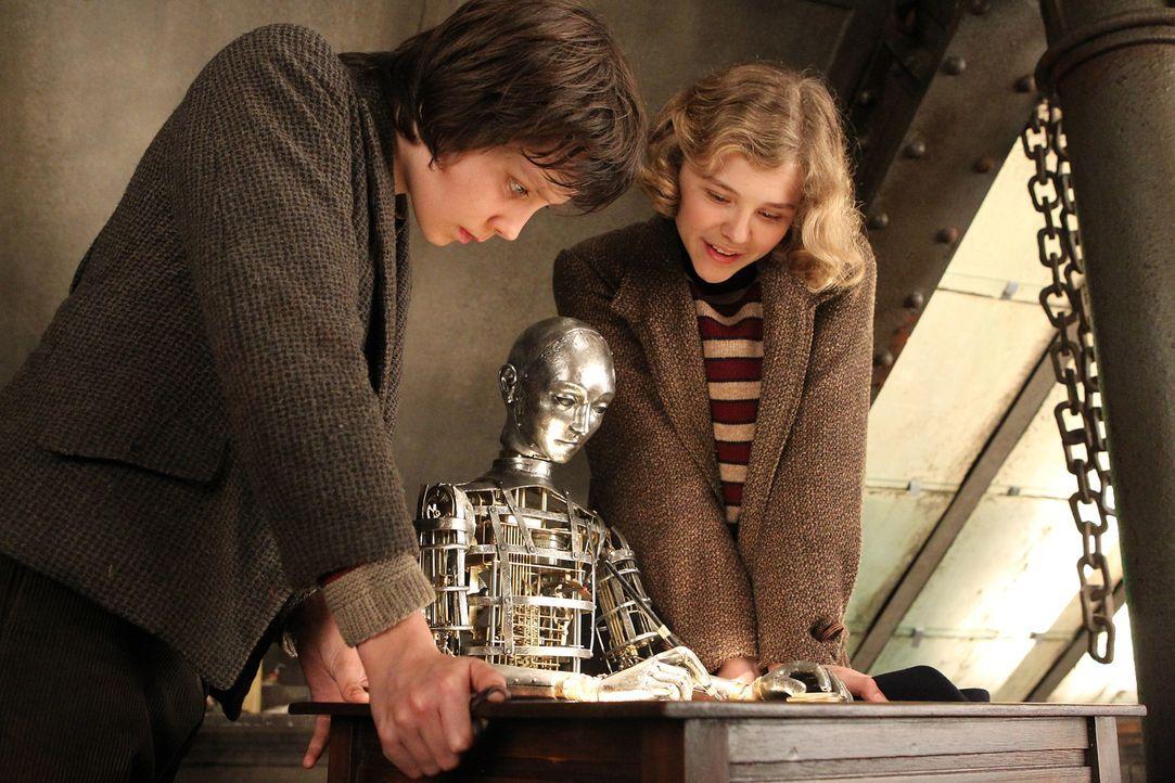Kaum hat Hugo (Asa Butterfield, l.) mit Isabelles (Chloe Moritz, r.) Schlüssel das Uhrwerk aufgezogen haben, setzt sich der Automat tatsächlich in B... - Bildquelle: Jaap Buitendijk 2011 GK Films.  All Rights Reserved.