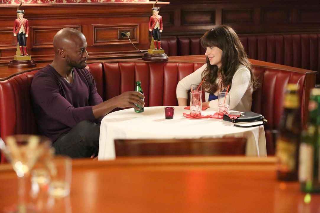 Die unschuldige Jess (Zooey Deschanel, r.) trifft sich spontan mit Artie (Taye Diggs, l.), den sie in einem Cafè kennen gelernt hat. Doch für Jess v... - Bildquelle: TM &   2013 Fox and its related entities. All rights reserved.