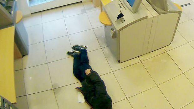Sterbenden Rentner in Bank ignoriert