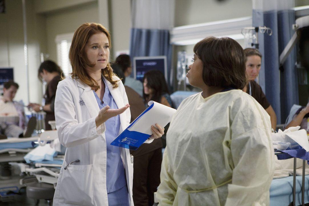 April (Sarah Drew, l.) ist völlig überfordert von ihrem neuen Job als Stationsärztin und hofft auf Hilfe von Bailey (Chandra Wilson, r.). Doch wi... - Bildquelle: ABC Studios