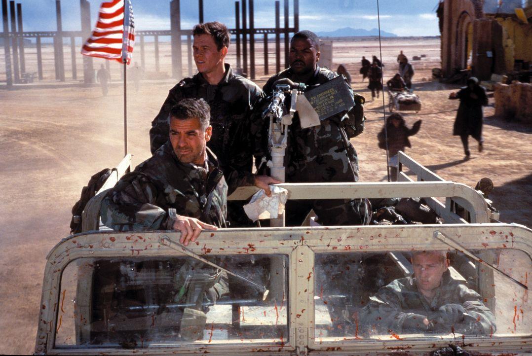 Auf einer illegalen Mission lernen die Soldaten Archie (George Clooney, l.), Troy (Mark Wahlberg, M.), Chief Elgin (Ice Cube, r.) und Conrad die har... - Bildquelle: Warner Bros. Pictures