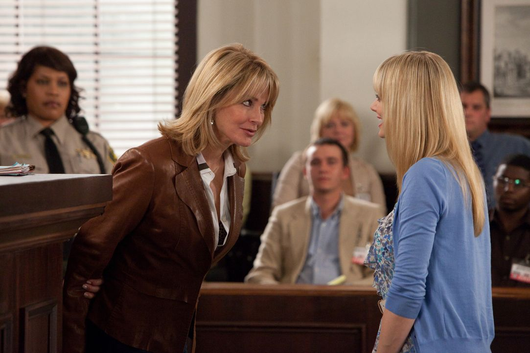 Stacy (April Bowlby, r.) sitzt im Gefängnis, weil sie ihren Serienpartner Brian Pullman geohrfeigt hat. Der Staatsanwalt findet jedoch heraus, dass... - Bildquelle: 2011 Sony Pictures Television Inc. All Rights Reserved.