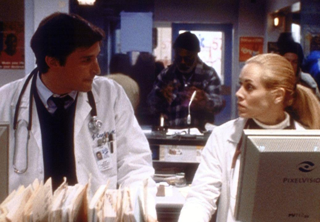 Carter (Noah Wyle, l.) hat bei der Behandlung eines Kriminellen eine sehr fragwürdige Methode angewandt. Del Amico (Maria Bello, r.) vermutet zu rec... - Bildquelle: TM+  2000 WARNER BROS.