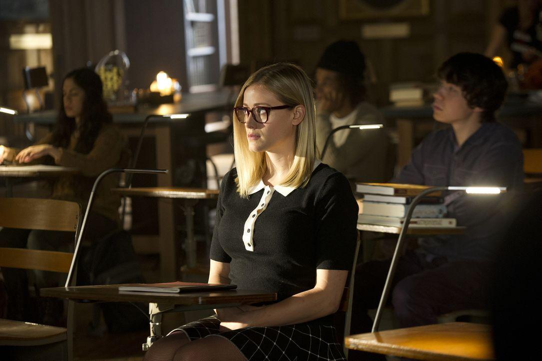 Während Alice (Olivia Taylor Dudley) und Quentin den Stand ihrer Beziehung auslotsen, ahnt Eliot nicht, mit wem er tatsächlich das Bett teilt ... - Bildquelle: 2015 Syfy Media Productions LLC. ALL RIGHTS RESERVED.