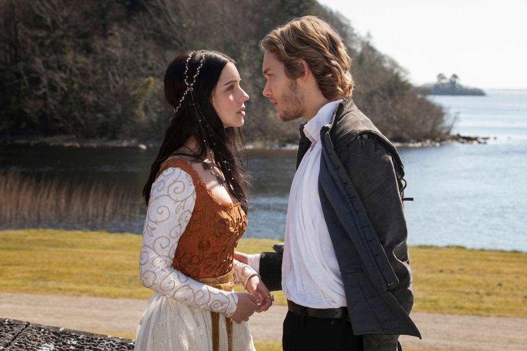 Aufregende Begegnung: Mary (Adelaide Kane, l.), die Königin von Schottland, und Prinz Francis (Toby Regbo, r.), der Thronfolger von Frankreich, sind... - Bildquelle: Joss Barratt 2013 The CW Network, LLC. All rights reserved.