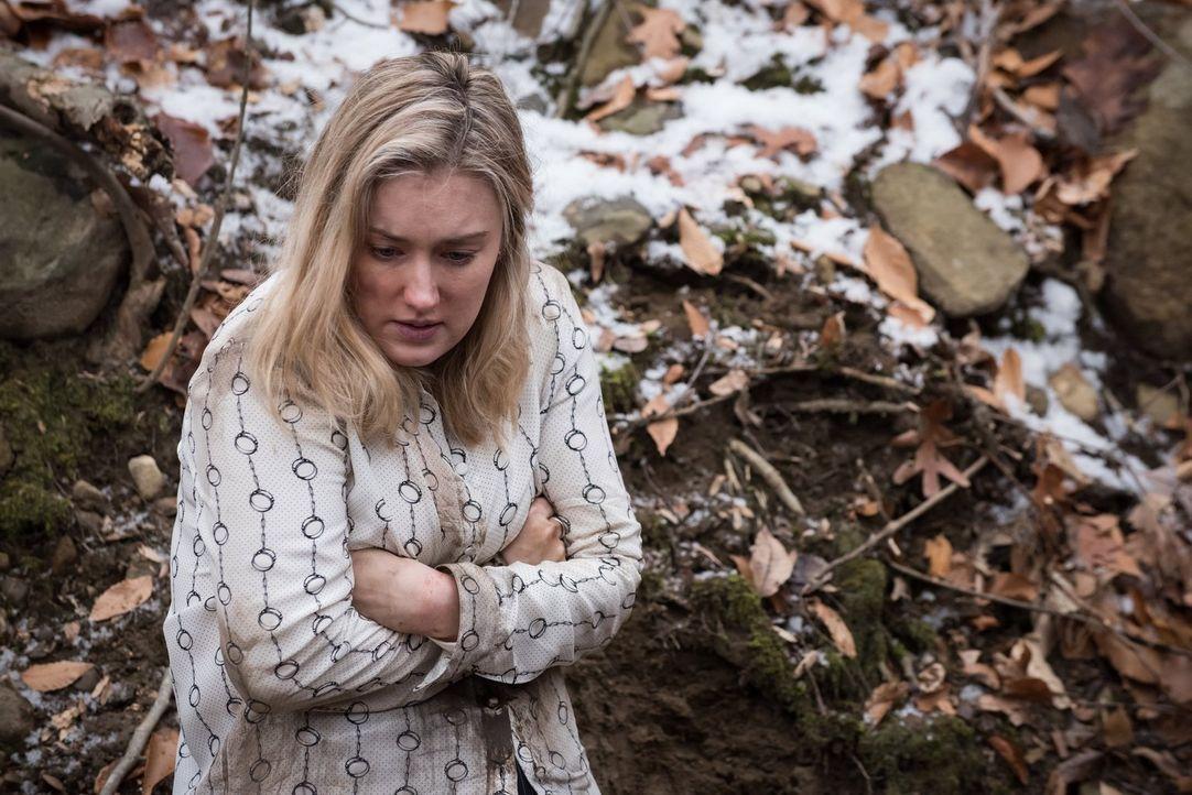 Barfuß und leicht bekleidet versucht Patterson (Ashley Johnson), dem irren Frauenkiller zu entkommen. Doch das ist gar nicht so einfach ... - Bildquelle: Warner Brothers