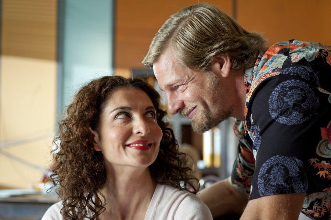 Als Mick (Henning Baum, r.) mit einer attraktiven Frau das Präsidium verlässt, überkommen Tanja (Proschat Madani, l.) kleine Eifersuchtsattacken... - Bildquelle: SAT.1