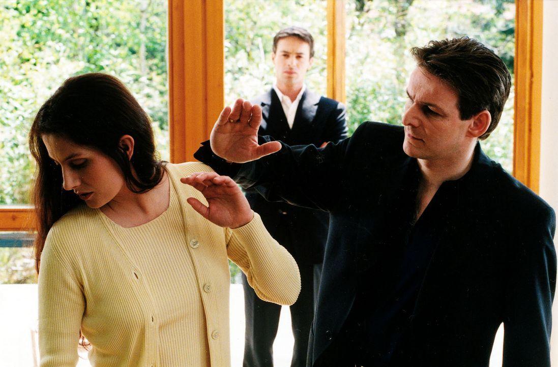 Kommissar Brandtner (Gedeon Burkhard, M.) hat ein Gespür für den richtigen Zeitpunkt: Er kommt gerade rechtzeitig, um den Streit zwischen Susanne... - Bildquelle: Sat.1