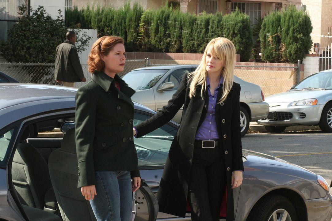 Bei ihren Ermittlungen stößt Lilly (Kathryn Morris, r.) auf Melanie (Shannon Sturges, l.) ... - Bildquelle: Warner Bros. Television