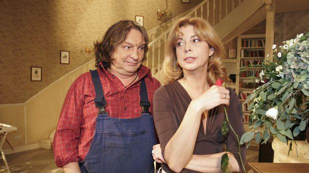 Bernd (Volker Herold, l.) bemerkt, dass Laura (Olivia Pascal, r.) schlechter...