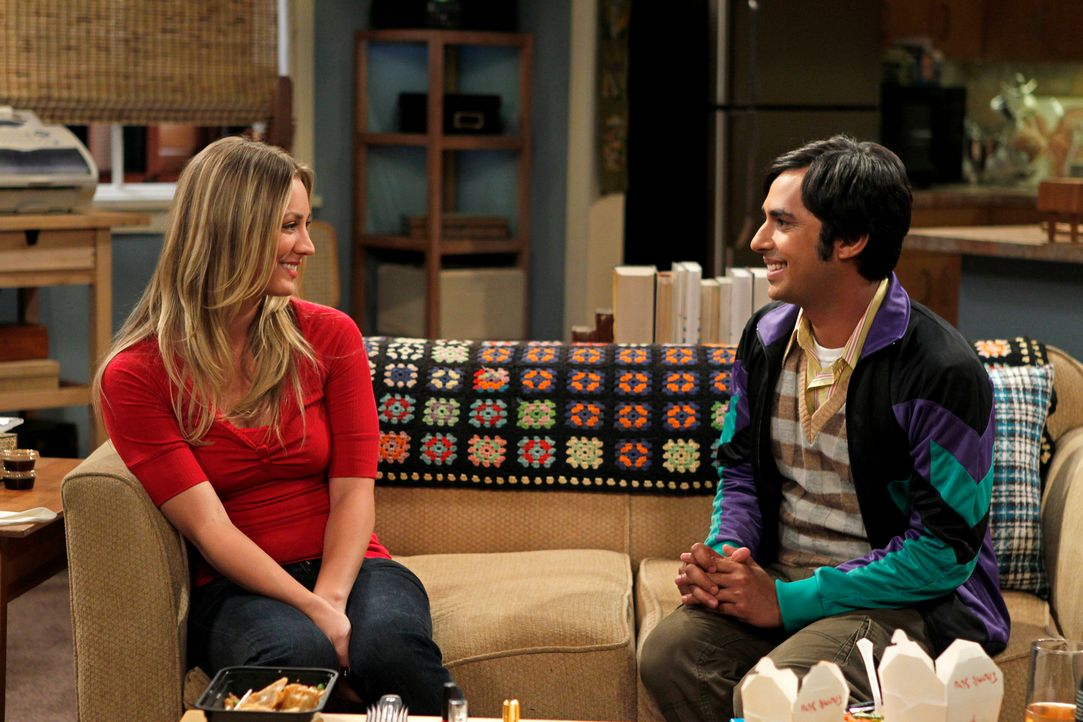 Nach ihrer gemeinsamen Nacht hat versteckt sich Penny (Kaley Cuoco, l.) vor Rajesh (Kunal Nayyar, r.), doch ihm gelingt es, sie ausfindig zu machen... - Bildquelle: Warner Bros. Television