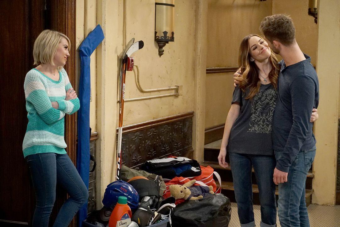 Zoey (Jonna Walsh, M.) und Ben Wheeler (Jean-Luc Bilodeau, r.) haben vor Riley Perrin (Chelsea Kane, l.) ihren ersten großen Auftritt als Paar ... - Bildquelle: Eric McCandless ABC Family