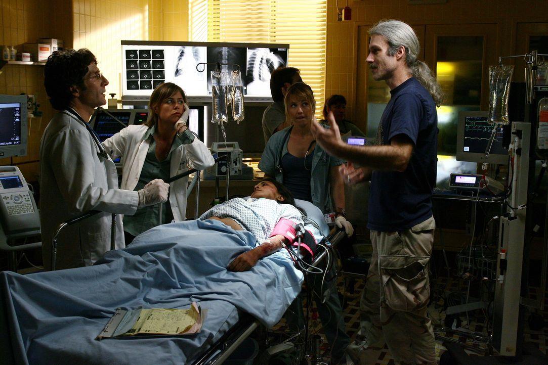 Bei den Dreharbeiten ... - Bildquelle: Warner Bros. Television