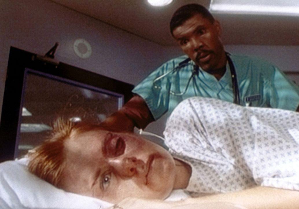 Dr. Benton (Eric LaSalle, r.) bekommt Ärger mit einem rabiaten Polizisten, der seine Frau brutal verprügelt hat. - Bildquelle: TM+  WARNER BROS.
