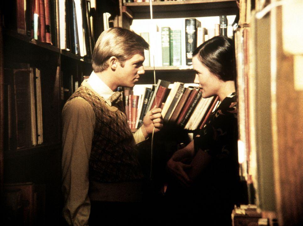 Im Auftrag seines Colleges soll John-Boy (Richard Thomas, l.) die junge Gastrednerin Madeline Bennett (Laura Campbell, r.) betreuen. Da verliebt er... - Bildquelle: WARNER BROS. INTERNATIONAL TELEVISION