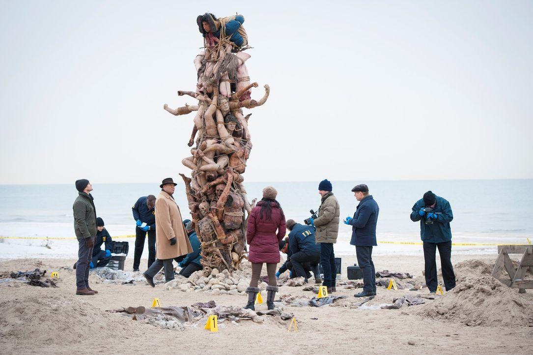 Über 40 Jahre hinweg hat ein Killer 17 Menschen ermordet und nun die Leichen kunstvoll drapiert. Wird es Will Graham (Hugh Dancy, l.), Jack Crawfor... - Bildquelle: Brooke Palmer 2013 NBCUniversal Media, LLC