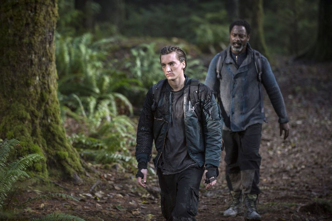 Schließen sich Murphy (Richard Harmon, l.) und Jaha (Isaiah Washington, r.) zusammen, um für ihre Überzeugungen zu kämpfen? - Bildquelle: 2014 Warner Brothers