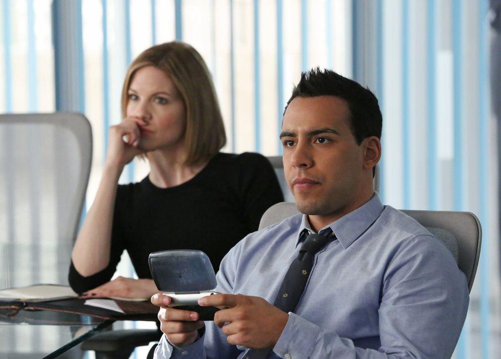 Versuchen alles, um einen gefährlichen Stalker zu stoppen: Ben (Victor Rasuk, r.) und Janice (Mariana Klaveno, l.) ... - Bildquelle: Warner Bros. Entertainment, Inc.
