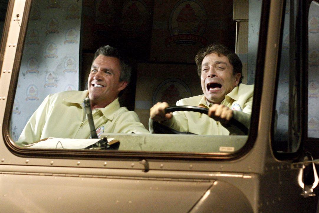 Während Mike (Neil Flynn, l.) und Bob (Chris Kattan, r.) Kuchen ausliefern, muss Frankie realisieren, dass sie doch etwas zu viel an ihren Kinder he... - Bildquelle: Warner Brothers