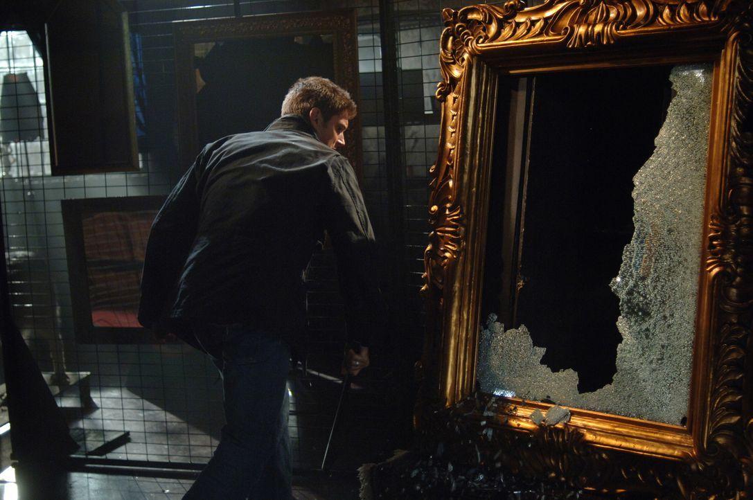 Gerade noch rechtzeitig kommt Dean (Jensen Ackles) zum Spiegel, um ihn und somit auch Bloody Mary zu vernichten ... - Bildquelle: Warner Bros. Television