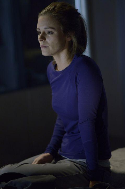 Was verheimlicht Sarah (Jordan Hayes) vor ihren Kollegen? - Bildquelle: 2014 Sony Pictures Television Inc. All Rights Reserved.