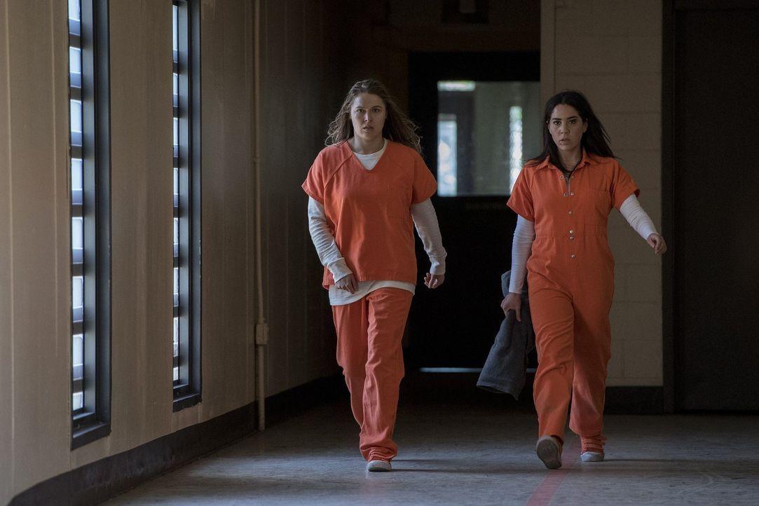 Mit Devon Penberthy (Ronda Rousey, l.) hat Zapata (Audrey Esparza, r.) im Gefängnis eine Verbündete gefunden. Doch kann sie dieser wirklich trauen? - Bildquelle: 2016 Warner Brothers