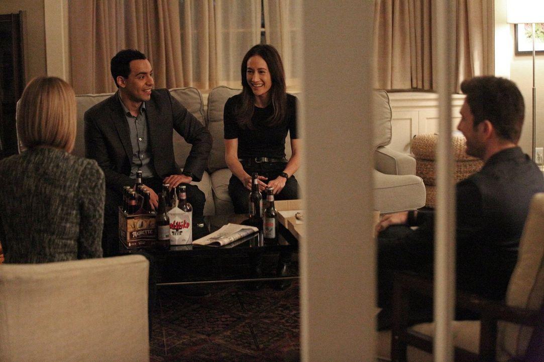 Ein neuer Fall wartet auf Jack (Dylan McDermott, r.), Beth (Maggie Q, 2.v.r.), Janice (Mariana Klaveno, l.) und Ben (Victor Rasuk, 2.v.l.) ... - Bildquelle: Warner Bros. Entertainment, Inc.