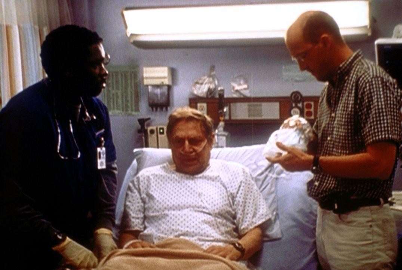 Greene (Anthony Edwards, r.) versorgt mit der Unterstützung von Malik (Deezer D., l.) seinen todkranken Vater David (John Culllum, M.). - Bildquelle: TM+  2000 WARNER BROS.