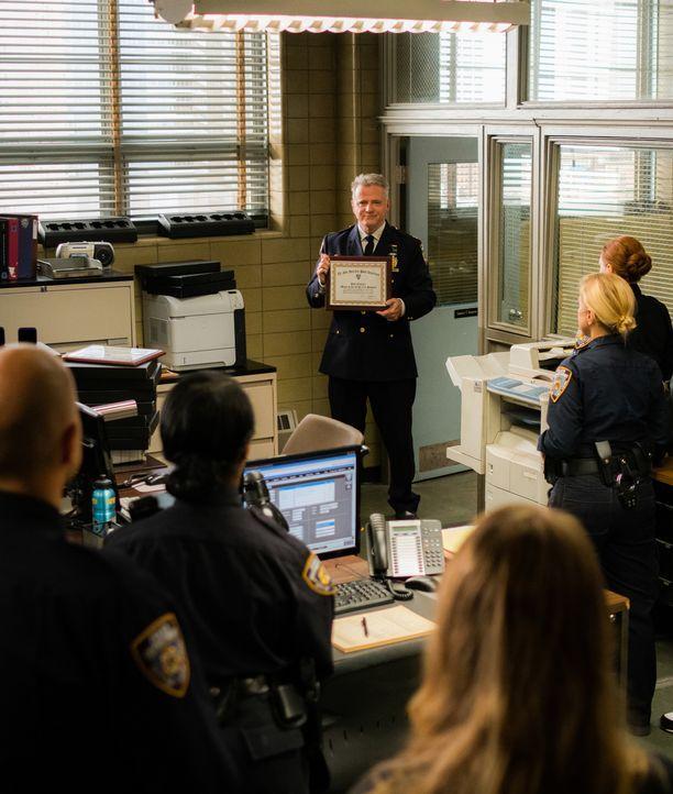Das NYPD ist äußerst berührt von Gregsons (Aidan Quinn, M.) Rede. Aber gelingt es Joan und Sherlock auch endlich, den Mörder von Russel Cole ausfind... - Bildquelle: Michael Parmelee 2016 CBS Broadcasting, Inc. All Rights Reserved