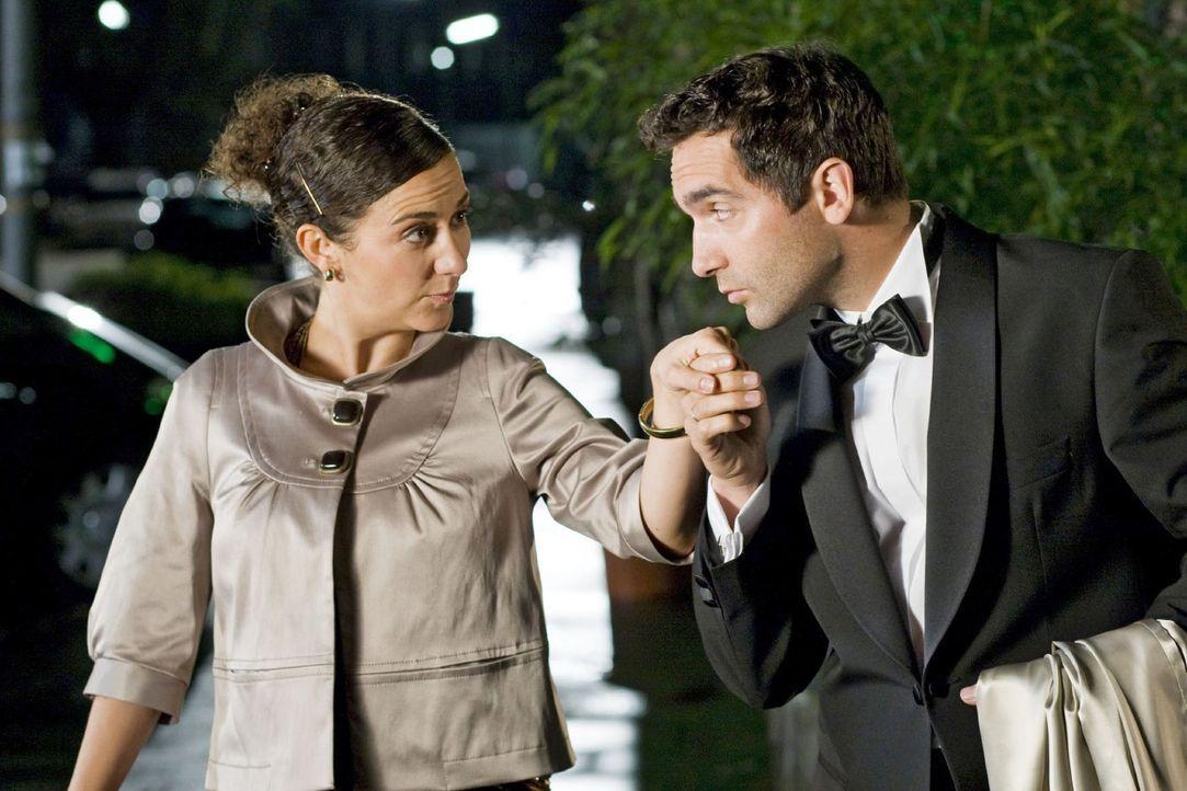 Mit seinem entwaffnenden Charme beeindruckt der Gentleman (Thomas M. Held, r.) seine Begleitung (Shirin Soraya, l.). - Bildquelle: Kai Schulz Sat.1