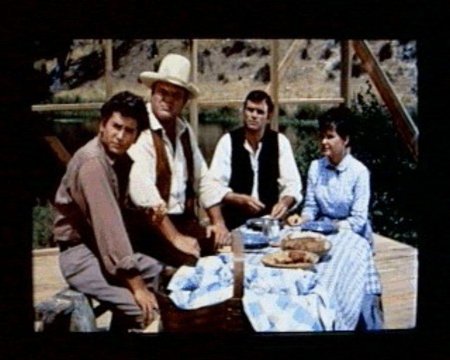 Little Joe (Michael Landon, l.) und Hoss (Dan Blocker, 2.v.li.) sind von dem unkonventionellen Prediger Paul Watson (Glenn Corbett, 2.v.re.) und sei... - Bildquelle: Paramount Pictures