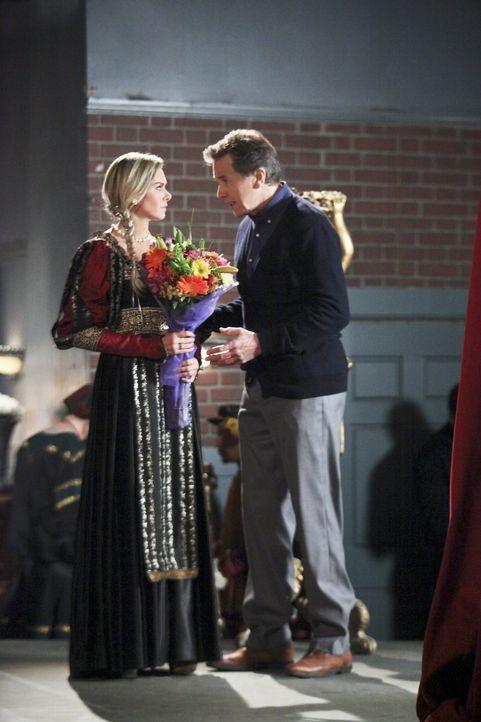 Dr. Brick Breeland (Tim Matheson, r.) und Shelby (Laura Bundy, l.) sind bei der Theateraufführung der denkwürdigsten Szenen aus Shakespeares Werken... - Bildquelle: Warner Bros.