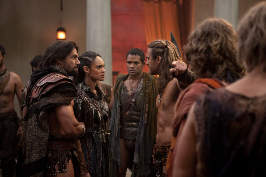 Als Gannicus (Dustin Clare, r.) herausfindet, dass Naevia (Cyntha Addai-Robinson, 2.v.l.) ihn belogen hat, eskaliert die Situation. Zwischen ihm und... - Bildquelle: 2012 Starz Entertainment, LLC. All rights reserved.