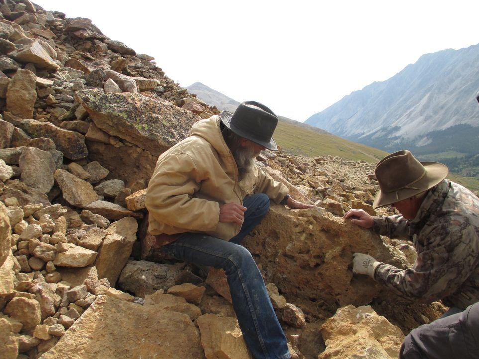 Dwayne (l.) und sein Kumpel Lowell (r.) machen sich auf den Weg zu einer 100 Jahre alten Mine. Dwayne hofft, dass er hier in der nächsten Saison gra... - Bildquelle: High Noon Entertainment, 2015