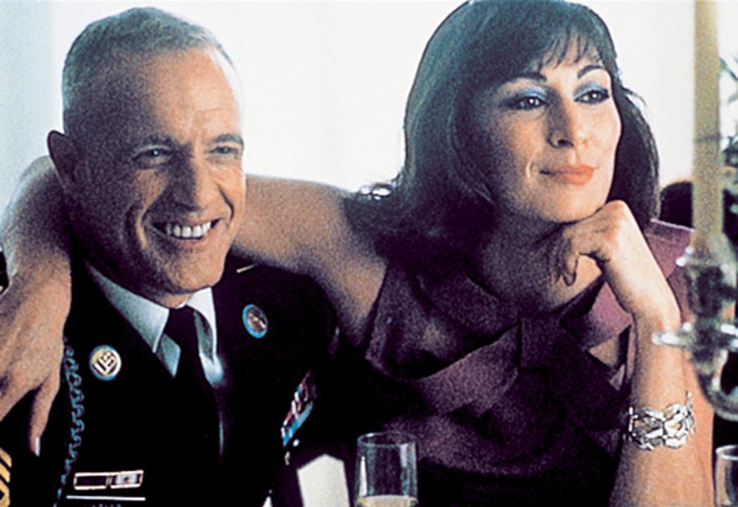 Sgt. Clell Hazard (James Caan, l.) geht eine Beziehung mit Samantha Davis (Anjelica Huston, r.) ein ... - Bildquelle: CPT Holdings, Inc. All Rights Reserved. (Sony Pictures Television International)