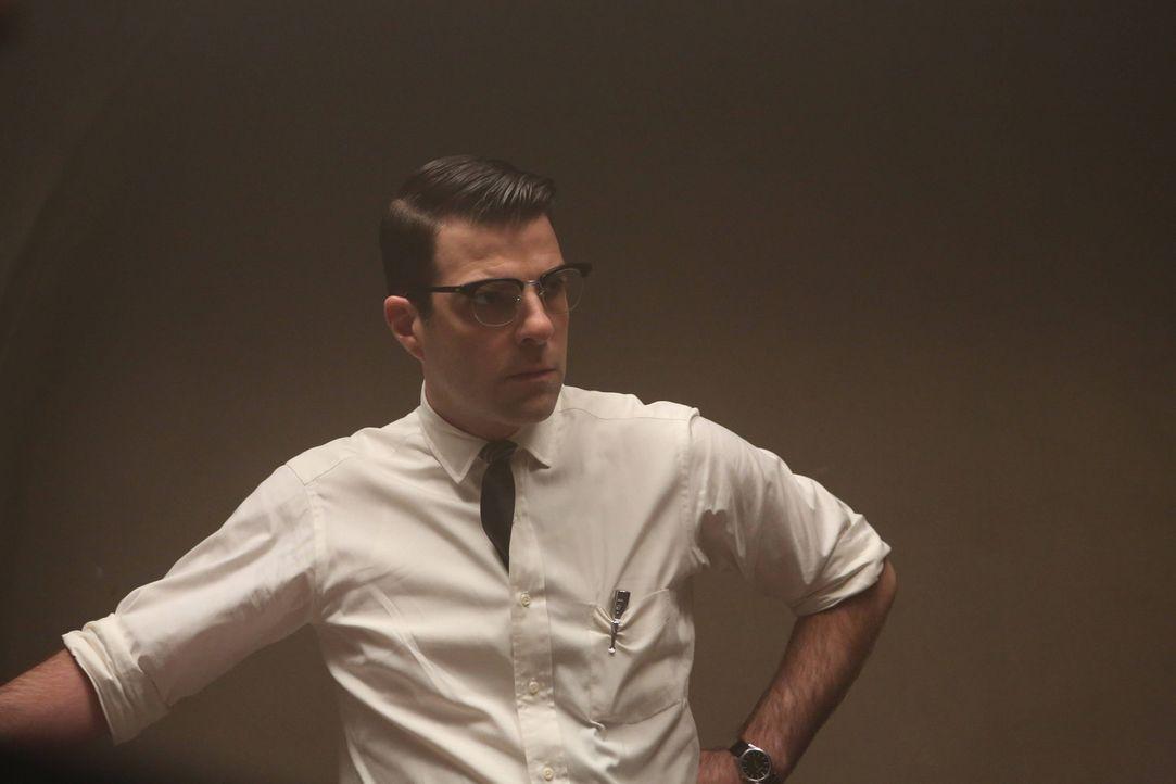 Jahr 1964: Dr. Oliver Thredson (Zachary Quinto, r.) kommt nach Briarcliff, um seine neue Stelle als Psychiater anzutreten. Die dortigen Zustände un... - Bildquelle: 2012-2013 Twentieth Century Fox Film Corporation. All rights reserved.