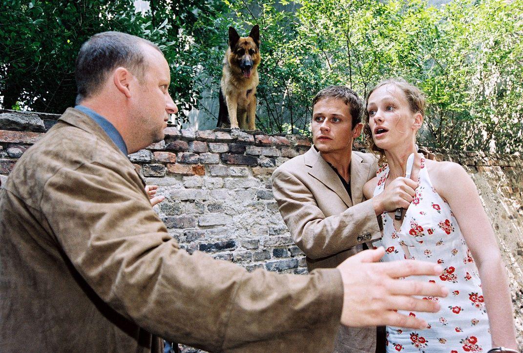 Fritz Kunz (Martin Weinek, l.) redet beschwichtigend auf Huneck (Roman Knizka, M.) ein, der Helga Brunner (Marie Christine Friedrich, r.) mit einem... - Bildquelle: Ali Schafler Sat.1