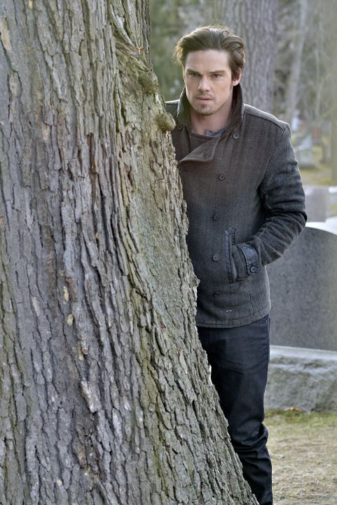 Eigentlich wollte Vincent (Jay Ryan) Catherine zum Grab ihrer Mutter begleiten. Als Gabe auch überraschend dort auftaucht, versteckt sich Vincent hi... - Bildquelle: 2012 The CW Network, LLC. All rights reserved.