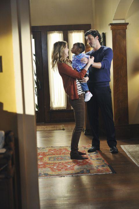 Können endlich ihre Tochter in die Arme schließen: Meredith (Ellen Pompeo, l.) und Derek (Patrick Dempsey, r.) ... - Bildquelle: ABC Studios