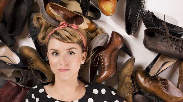 Neue Schuhe kneifen oft ein wenig: Wir zeigen und Tipps und Trick, wie ihr si...